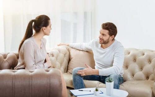 話し合う男性と女性