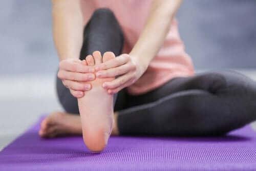 足首と足のむくみや腫れを和らげる方法
