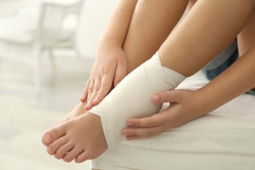 足首と足の腫れ 包帯