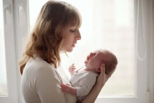 女性と泣く赤ちゃん