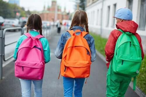 ランドセルやリュックサックが原因で起こる腰痛 通学時の子供達