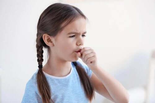 詳しく知りたい!私たちが風邪をひく理由 咳をする少女