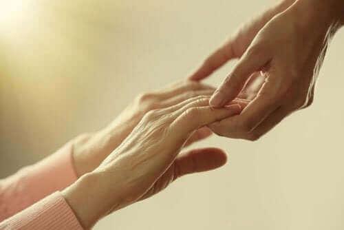 パートナーの死を乗り越えるための5つのアドバイス 繋いだ手