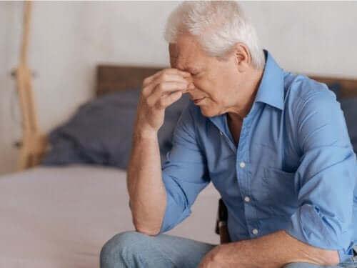 パートナーの死を乗り越えるための5つのアドバイス 悲しむ男性