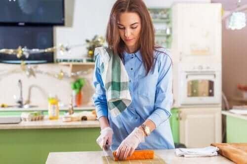 野菜を切る妊婦