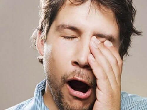 それぞれの年齢層に適切な睡眠時間とは? 疲れている男性