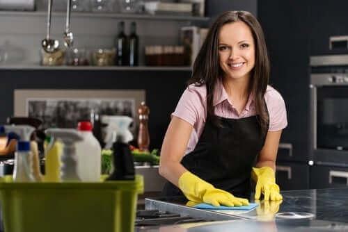 キッチンを掃除する女性