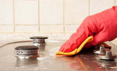ガスコンロを掃除する 油汚れ落としを使って汚れを取り除く方法