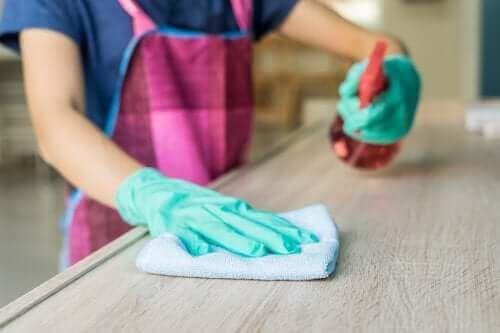 机を掃除する 油汚れ落としを使って汚れを取り除く方法