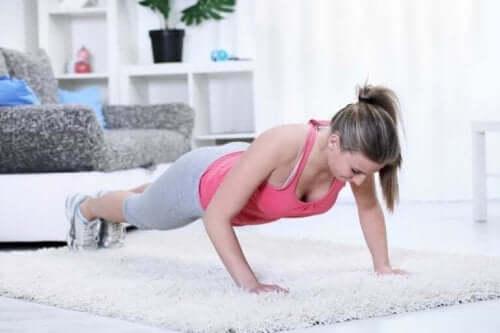脊柱側彎症の予防と矯正に役立つエクササイズ4選 プランクをする女性