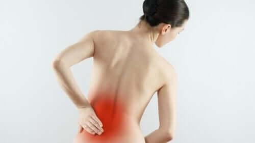 変形性脊柱症の診断と治療法について知っておくべきこと 腰痛の女性