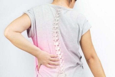脊柱側彎症の予防と矯正に役立つエクササイズ4選 女性の患者