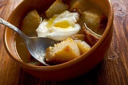 ガーリックスープのレシピ ポーチドエッグ