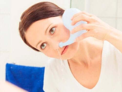 子供の鼻洗浄を正しく行う3つの方法 鼻洗浄をする女性