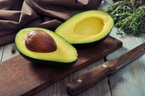 食事を通じてコレステロール値を正常に保つ方法 アボカド