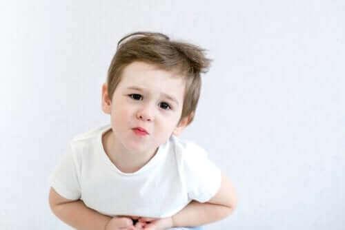 小児ネフローゼ症候群:原因と治療法 お腹をおさえる子供