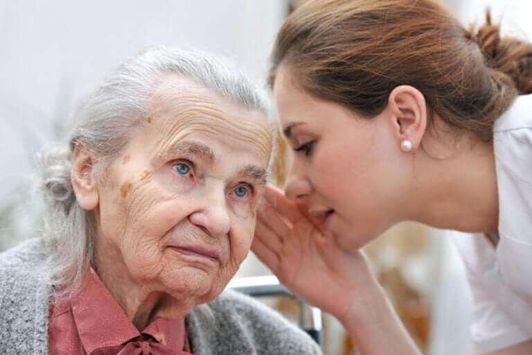 様々な難聴のタイプ、症状、治療法 耳が遠い女性