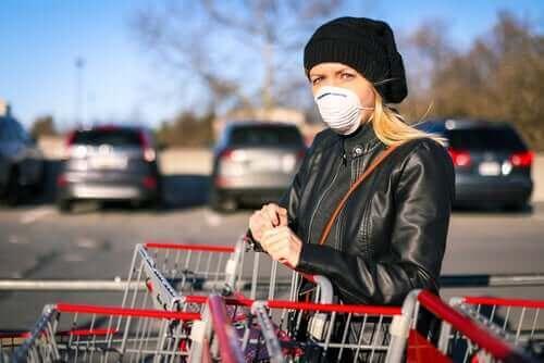 買い物時に新型コロナウイルスへの感染を防ぐ方法 マスクを使う女性