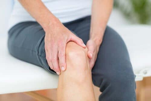 関節を抑える女性
