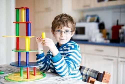 子供の眼の問題を早期に検出する方法 メガネの少年