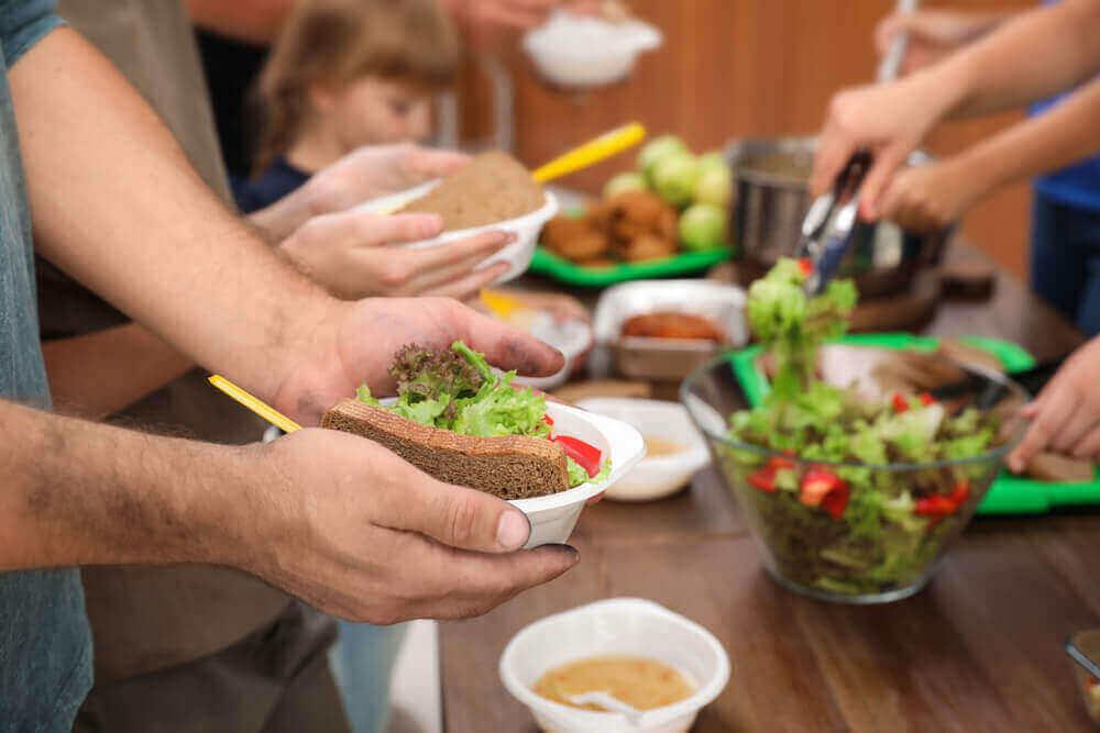 食べ物は新型コロナウイルスに汚染されますか? ビュッフェスタイルの食事