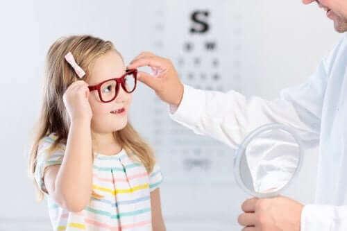 子供の眼の問題を早期に検出する方法 屈折異常
