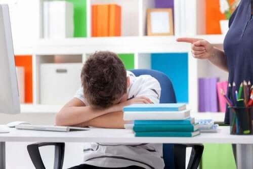 小児睡眠障害:検査と治療法について うたた寝をする子供