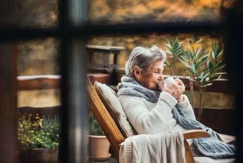 ロックダウン中の高齢者へのアドバイス コーヒーを飲む女性
