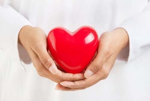 新型コロナウイルスに対して最も脆弱なのは誰ですか? 心臓を持っている人