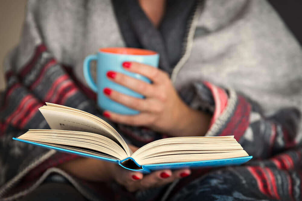 ロックダウン中の高齢者へのアドバイス 読書をする女性