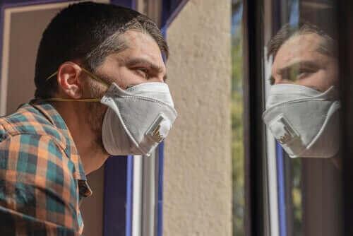 新型コロナウイルスへの恐怖:感情を管理する方法 感染を心配する男性