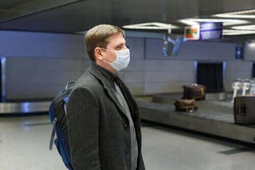 新型コロナウイルスからの保護に役立つマスク 空港でマスクを利用する男性