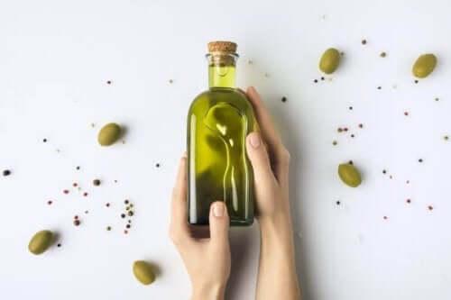 もろくなった爪の強化に役立つ4つの自然療法 オリーブオイル