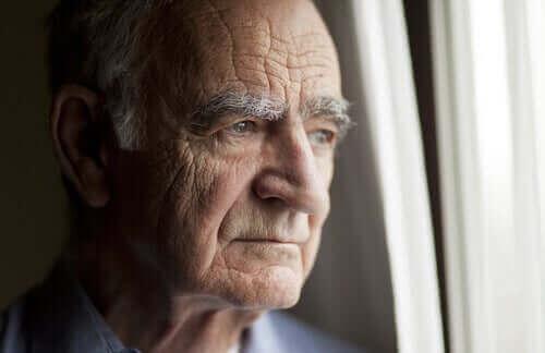 自宅で隔離措置を行う高齢者への推奨事項 孤独な高齢者