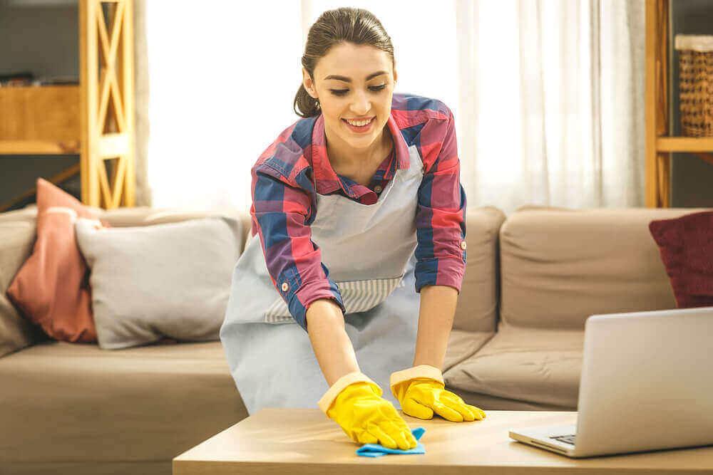新型コロナウイルス:家の掃除と消毒に関する推奨事項 掃除をする女性