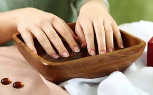 もろくなった爪の強化に役立つ4つの自然療法 ニンニクウォーター