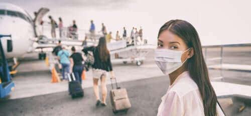 新型コロナウイルスなどに隔離措置が必要な理由 マスクの女性