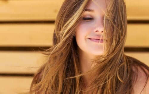 髪の活性化に役立つクレイとココナッツオイル 風を楽しむ女性
