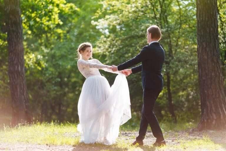 結婚式を挙げるカップル 結婚披露宴の料理