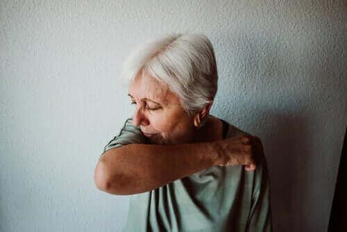 新型コロナウイルスによる死亡の危険因子 咳をする高齢者