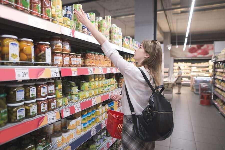 新型コロナウイルスによるロックダウン期間中の推奨事項 買い物中の女性