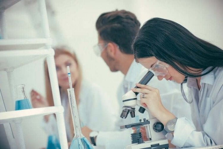 研究室で働く人 COVID-19の治療に完治した患者の血液を使うこと
