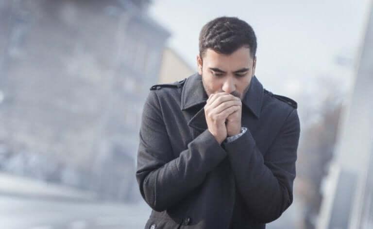 寒そうな男性 コロナウイルス