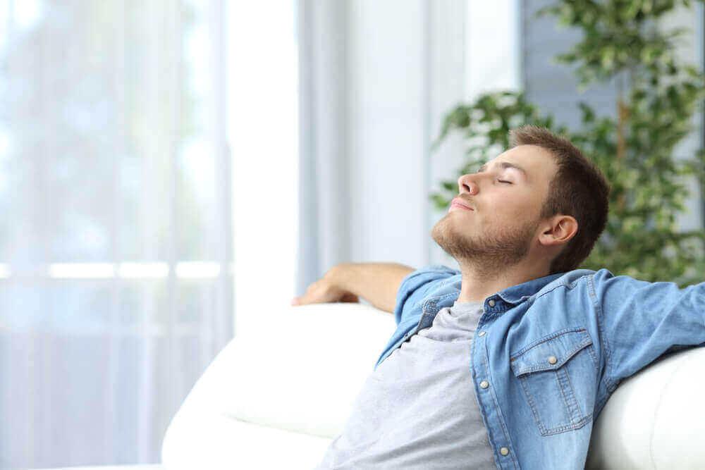 ロックダウン中のリラクゼーションテクニック リラックスしている男性