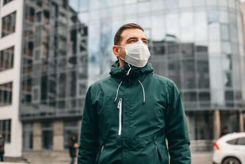 新型コロナウイルスは空気感染ではないというWHOの声明 マスクをした男性