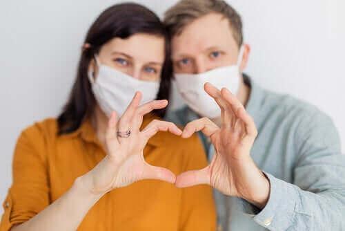 新型コロナウイルスは性行為によって感染しますか? マスクをしたカップル