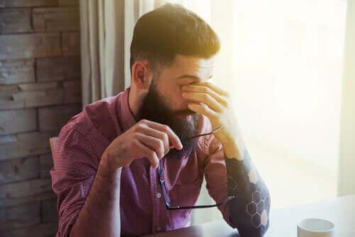 異なる種類の不眠症について知っておくべきすべて 眠そうな男性