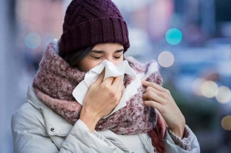 鼻をかむ女性 コロナウイルス