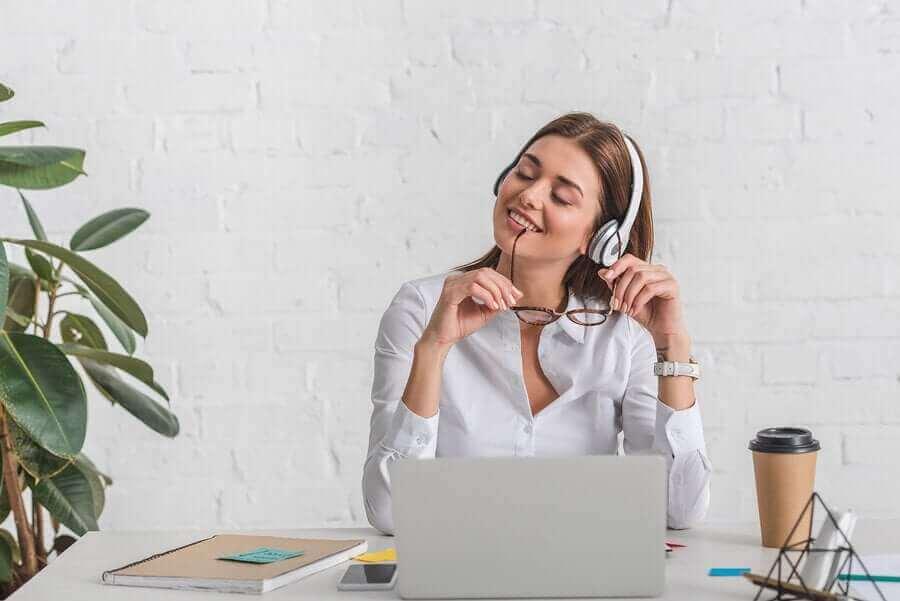 在宅勤務中のエクササイズとルーチンに関するアドバイス 在宅勤務中の女性