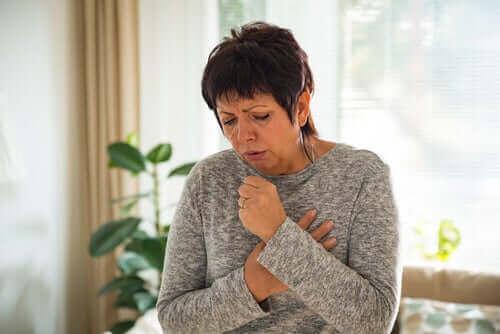 新型コロナウイルスは空気感染ではないというWHOの声明 咳をする女性